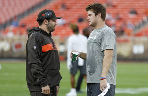 Cleveland Browns quarterback Baker Mayfield, left, talks with New York Jets quarterback Sam Darnold before an NFL football game between the Browns and the Jets, Thursday, Sept. 20, 2018, in Cleveland. (AP Photo/Ron Schwane)