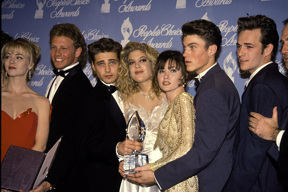 From left, Jennie Garth, Ian Ziering, Jason Priestley, Tori Spelling, Shannen Doherty, Brian Austin Green and Luke Perry attended the 1992 People's Choice Awards in Hollywood. (Photo: Vinnie Zuffante/Getty Images)