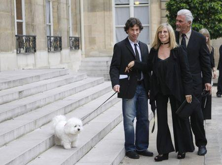 FILE PHOTO - U.S. actress and singer Barbra Streisand (C) plays with her dog Samantha near her son Jason (L) and husband James Brolin as they arrive at the Elysee Palace in Paris June 28, 2007. REUTERS/Philippe Wojazer