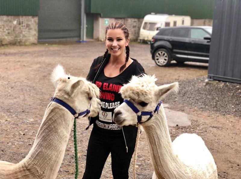 Elaine Harris photographed with two alpacas during her 10-day challenge [Photo: SWNS]