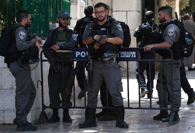 Israeli security forces stand guard at the entrance of the Al-Aqsa mosque compound in Jerusalem's Old City, on June 27, 2016 (AFP Photo/Ahmad Gharabli)