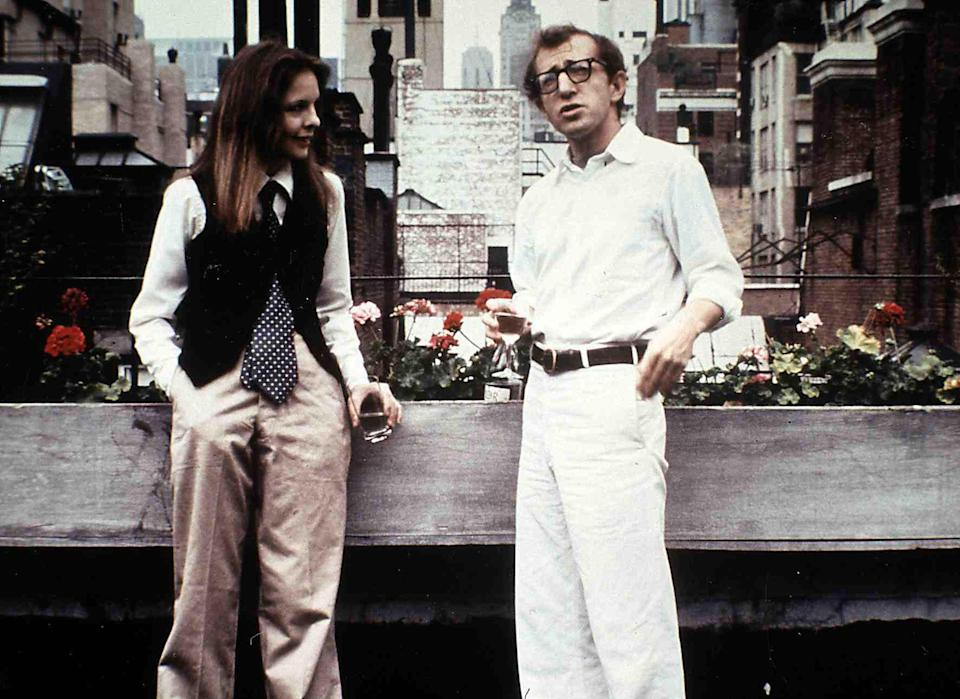 Kino. Der Stadtneurotiker, 1970er, 1970s, Annie Hall, Film, Paar, couple, Der Stadtneurotiker, 1970er, 1970s, Annie Hall, Film, Paar, couple, Diane Keaton, Woody Allen Der New Yorker Komiker Alvy Singer (Woody Allen) ist fasziniert von seiner neuen Bekanntschaft Annie Hall (Diane Keaton)., 1977. (Photo by FilmPublicityArchive/United Archives via Getty Images)