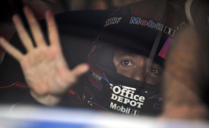 Bass Pro Shops signs with Tony Stewart