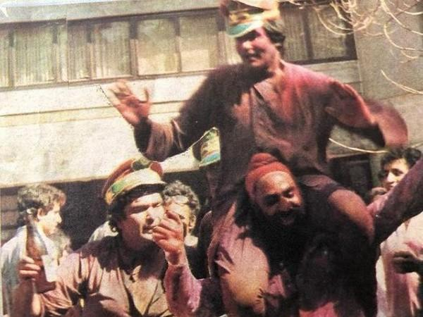 Throwback picture of late actor Rishi Kapoor playing Holi with megastar Amitabh Bachchan (Image Source: Instagram)