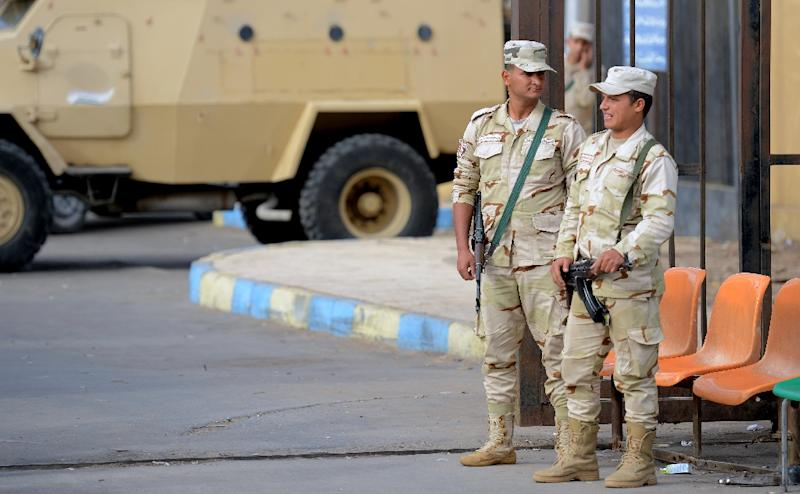 Egyptian soldiers stand guard at a hospital treating the wounded from a jihadist attack that killed more than 300 worshippers at a Sinai mosque on November 24, 2017 (AFP Photo/MOHAMED EL-SHAHED)