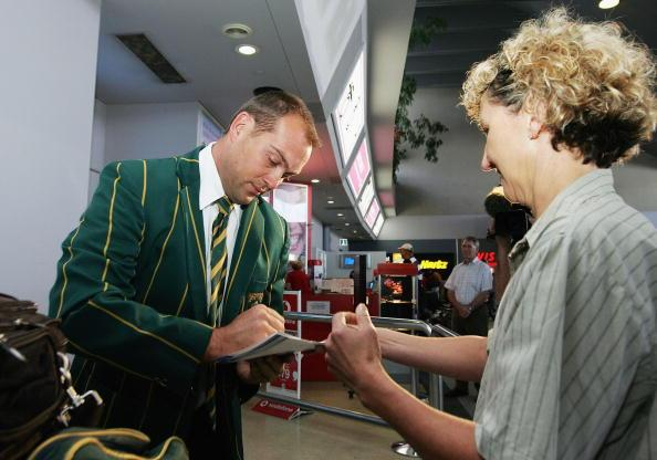 PERTH, AUSTRALIA - DECEMBER 03:  Jacques Kallis of the South African cricket team signs autographs for a supporter upon arrival at Perth International airport December 03, 2005 in Perth, Australia.  (Photo by Paul Kane/Getty Images)