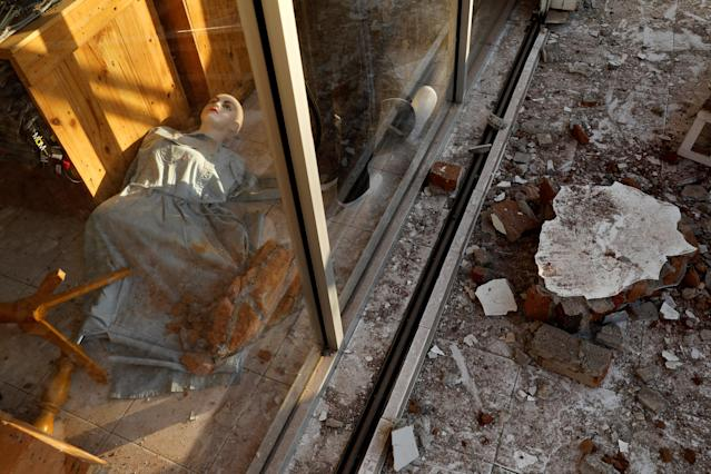 <p>A mannequin is seen inside clothing shop after earthquake hit on Sunday in Senggigi, Lombok Island, Indonesia, Aug. 6, 2018. (Photo: Beawiharta/Reuters) </p>