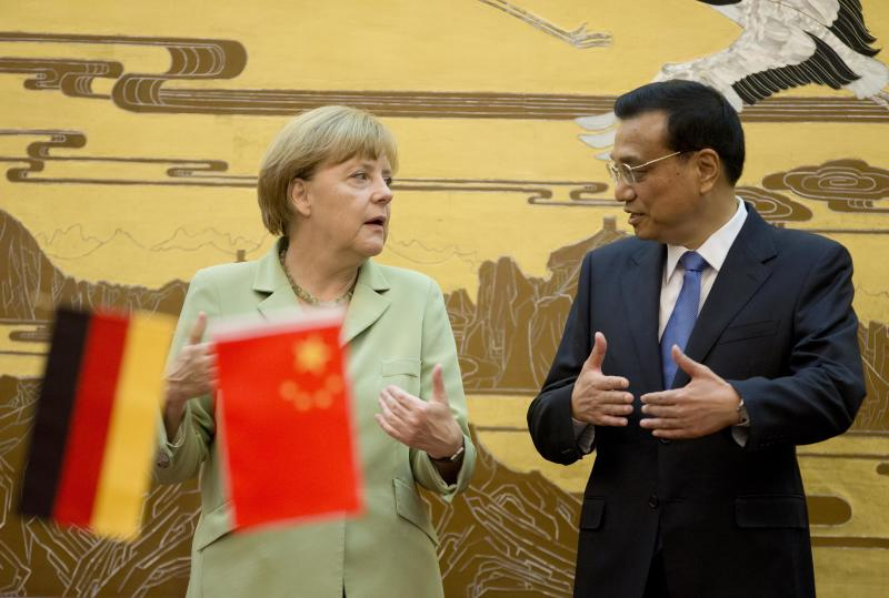 Angela Merkel chats with Li Keqiang during a ceremony at the Great Hall of the People in Beijing on July 7, 2014 (AFP Photo/Andy Wong)