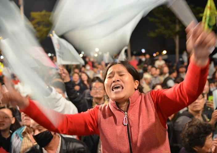 Local supporters of Tsai Ing-wen, presidential candidate for Taiwan's main opposition Democratic Progressive Party (DPP), chant slogans during a rally in southern Kaohsiung on January 9, 2016 (AFP Photo/Sam Yeh)