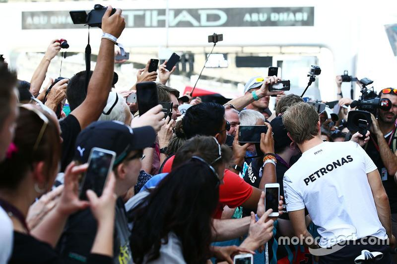 """Nico Rosberg, Mercedes AMG F1 con fans<span class=""""copyright"""">XPB Images</span>"""