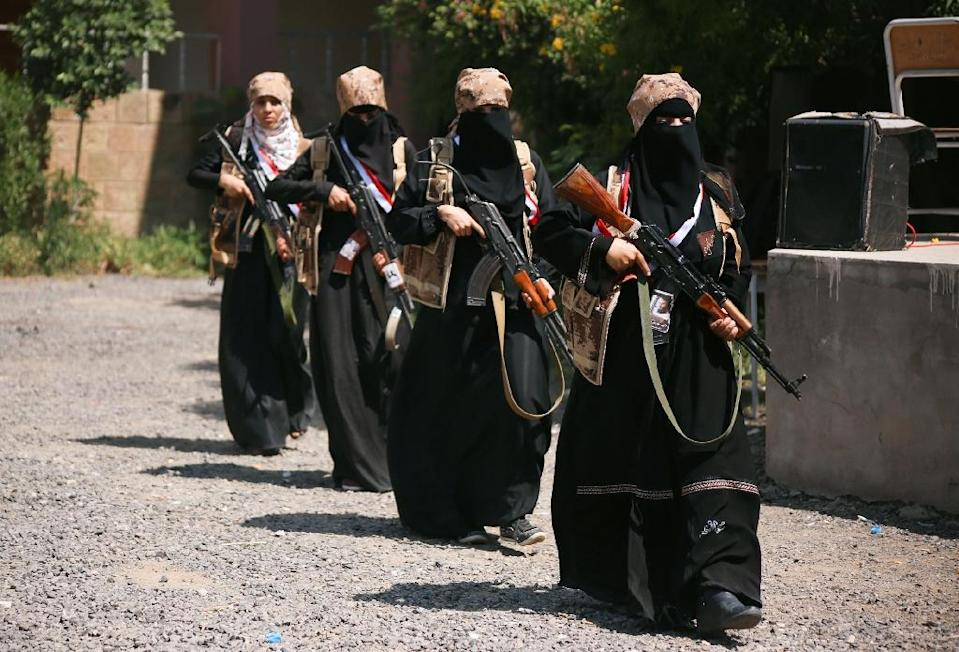 Female fighters from the Popular Resistance Committees supporting foces loyal to Yemen's Saudi-backed President Abedrabbo Mansour Hadi, on October 8, 2015 (AFP Photo/Ahmad Al-Basha)
