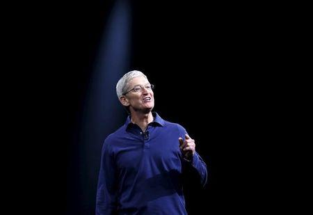 Apple CEO Tim Cook gestures as he delivers his keynote address at the Worldwide Developers Conference in San Francisco, California June 8, 2015.  REUTERS/Robert Galbraith
