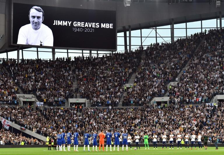 Tottenham and Chelsea players observe a minute's applause for Jimmy Greaves (AFP/JUSTIN TALLIS)