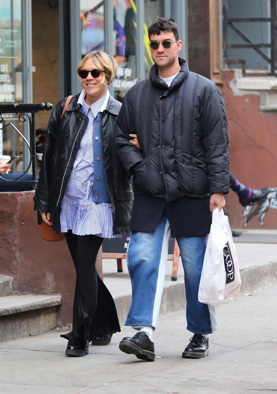 "<h1 class=""title"">Pregnant Chloe Sevigny and boyfriend Sinisa Mackovic are all smiles shopping for baby clothes in NYC</h1>"