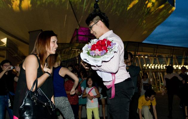 Charlie Chow proposing to his girlfriend. (Photo courtesy of Marina Bay Sands)