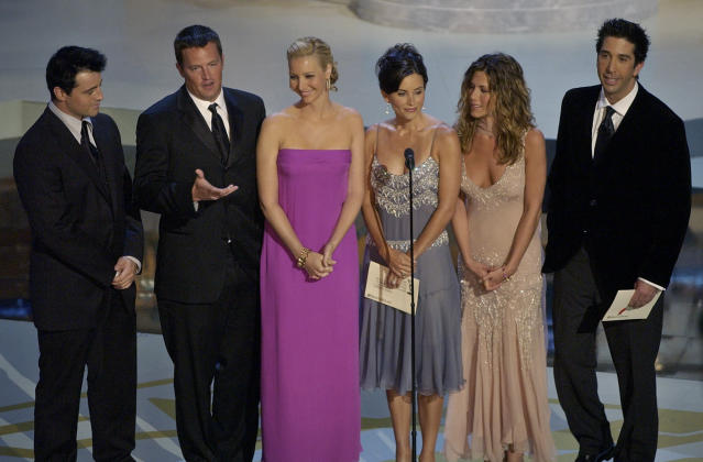 "En esta foto del 22 de septiembre del 2002, las estrellas de la serie de TV ""Friends"": Matt LeBlanc, Matthew Perry, Lisa Kudrow, Courteney Cox Arquette, Jennifer Aniston y David Schwimmer, durante la ceremonia de los Premios Emmy en el Shrine Auditorium de Los Angeles. Foto: Kevork Djansezian/AP."