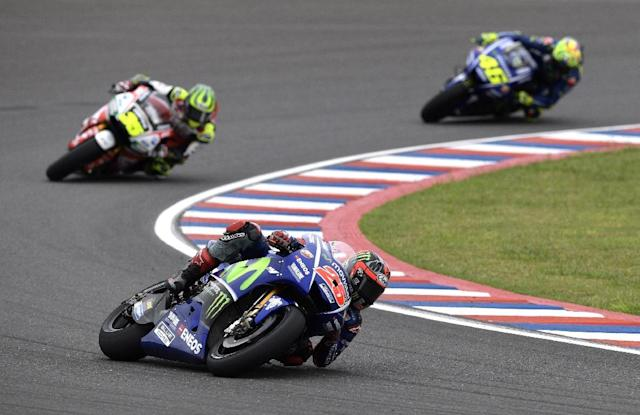 Spanish biker Maverick Vinales (C), rides his Yamaha to lead the MotoGP race of the Argentina Grand Prix at Termas de Rio Hondo circuit, in Santiago del Estero, Argentina on April 9, 2017 (AFP Photo/JUAN MABROMATA)