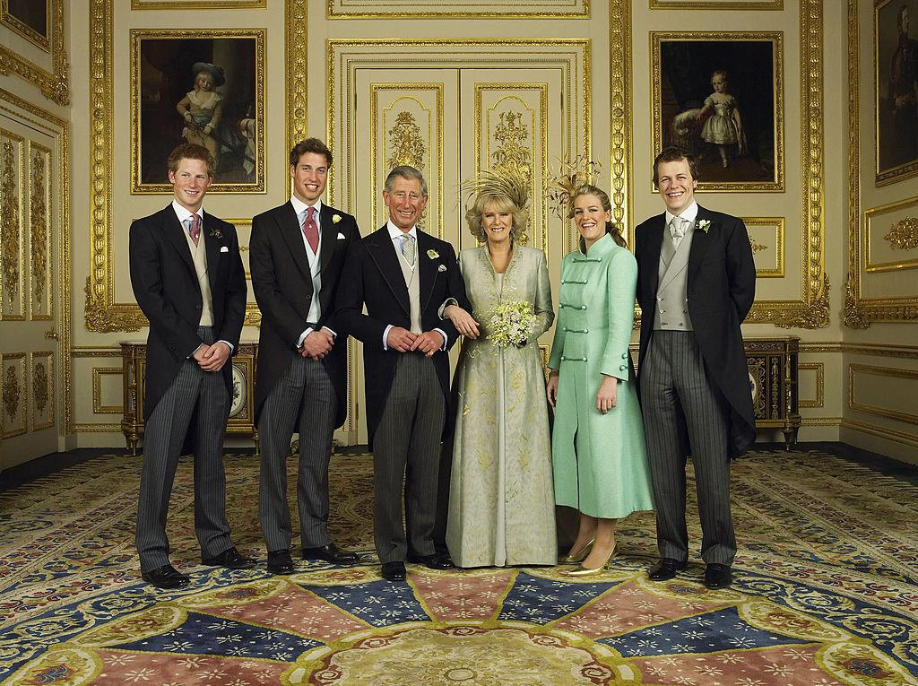 <p>Camilla, duchessa di Cornovaglia con i figli. Il principe Harry, il principe William, Laura e Tom Parker Bowles, nell'aprile del 2005. (Photo by Hugo Burnand/Pool/Getty Images) </p>