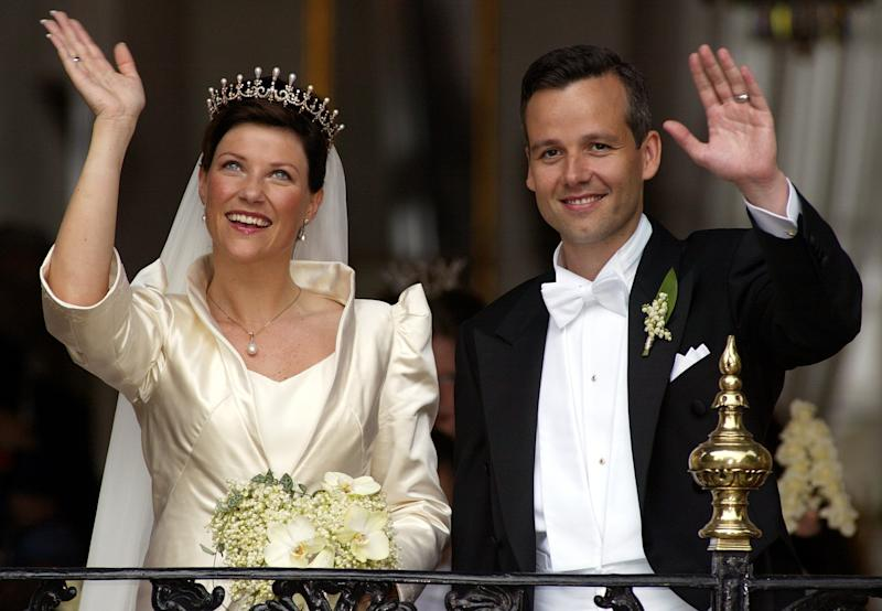 Norwegian Princess Martha Louise (L) and her husband Ari Behn (R) wave to well wishers on the balcony of Trondheim's Stiftsgarden royal residence after their wedding ceremony May24, 2002. Norway's Princess Martha wed a controversial author on Friday, feted by exuberant crowds who shrugged off worries that the match may sap support for royalty.