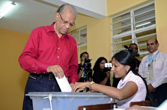 Prime Minister Navinchandra Ramgoolam, leader of the coalition of the Labour Party and Mouvement Militant Mauricien party, votes in parliamentary elections at a polling station in Port Louis on December 10, 2014 (AFP Photo/Nicholas Larche)