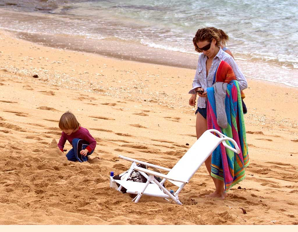 """Sex and the City"" star Sarah Jessica Parker and her 5-year-old son James enjoy a day at the beach while vacationing in Hawaii. The woman best known for her iconic role as Carrie Bradshaw better get some rest before the press rounds begin for the premiere of the ""SATC"" movie, scheduled for release in May. B/<a href=""http://www.x17online.com"" target=""new"">X17 Online</a> - December 27, 2007"