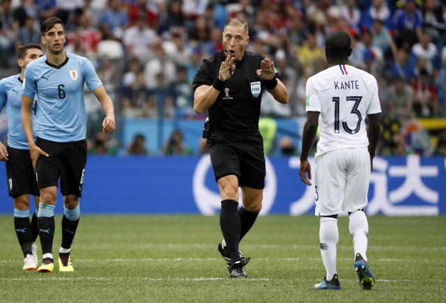 Nizhny Novgorod (Russian Federation), 06/07/2018.- Refereee Nestor Pitana of Argentina (C) reacts with Ngolo Kante of France during the FIFA World Cup 2018 quarter final soccer match between Uruguay and France in Nizhny Novgorod, Russia, 06 July 2018. (RESTRICTIONS APPLY: Editorial Use Only, not used in association with any commercial entity - Images must not be used in any form of alert service or push service of any kind including via mobile alert services, downloads to mobile devices or MMS messaging - Images must appear as still images and must not emulate match action video footage - No alteration is made to, and no text or image is superimposed over, any published image which: (a) intentionally obscures or removes a sponsor identification image; or (b) adds or overlays the commercial identification of any third party which is not officially associated with the FIFA World Cup) (Mundial de Fútbol, Rusia, Francia) EFE/EPA/ETIENNE LAURENT EDITORIAL USE ONLY EPA-EFE/ETIENNE LAURENT EDITORIAL USE ONLY EDITORIAL USE ONLY