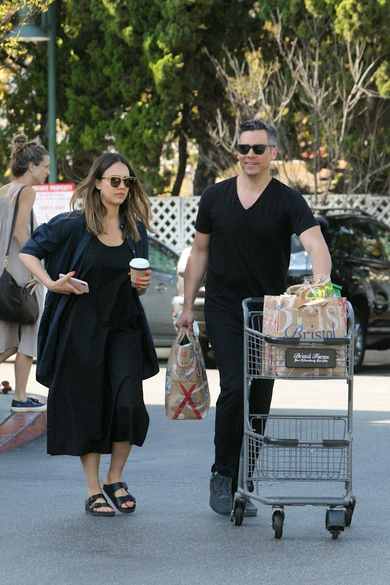 Jessica Alba wears Birkenstocks while grocery shopping in Beverly Hills with husband Cash Warren and their three children. (Photo: Knng/Backgrid)