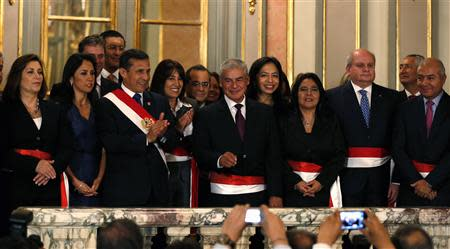 Peru's President Ollanta Humala (3nd L), First Lady Nadine Heredia (2nd L), new Prime Minister Cesar Villanueva (C) and members of the cabinet wave after the swearing-in ceremony of new members of cabinet at the government palace in Lima, October 31, 2013. REUTERS/Mariana Bazo