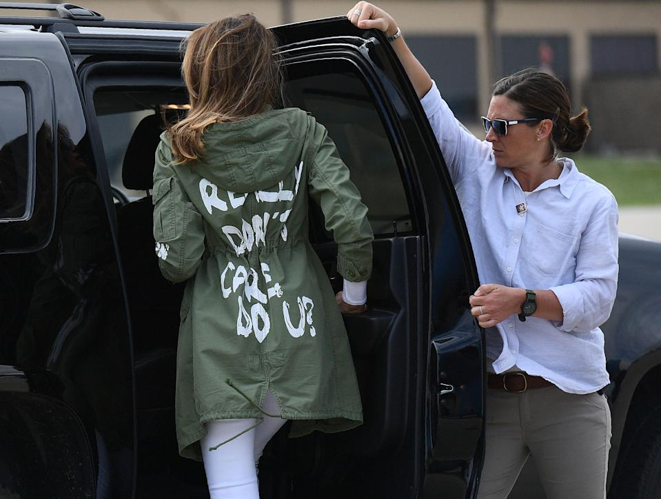 US First Lady Melania Trump departs Andrews Air Rorce Base in Maryland June 21, 2018 wearing a jacket emblazoned with the words 'I really don't care, do you?' following her surprise visit with child migrants on the US-Mexico border. (Photo by MANDEL NGAN / AFP)        (Photo credit should read MANDEL NGAN/AFP/Getty Images)