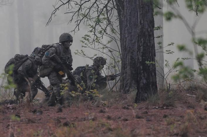 British paratroopers take part in a joint exercise on April 18, 2015 at Fort Bragg, North Carolina (AFP Photo/Sgt. Eliverto V. Larios)