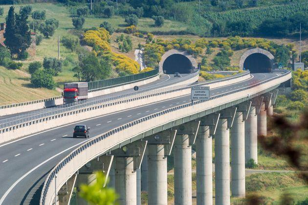 Motorway from Rosignano Solvay to Livorno, Leghorn, bridge over the Valley. Tuscany, Italy (Photo: I just try to tell my emotions and take you around the world via Getty Images)