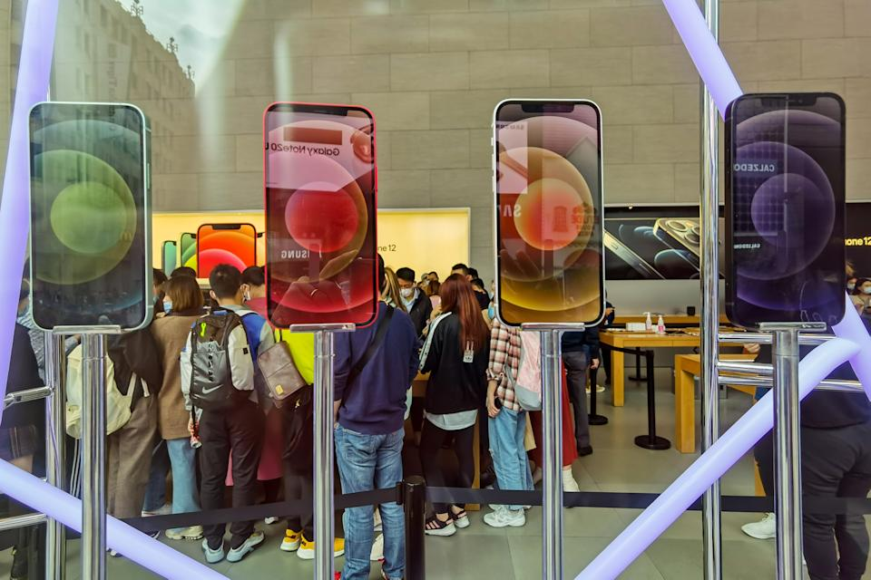 SHANGHAI, CHINA - OCTOBER 26, 2020 - Customers lined up in the apple store to buy the 5g version of the iPhone 12. Shanghai, China, October 26, 2020.- PHOTOGRAPH BY Costfoto / Barcroft Studios / Future Publishing (Photo credit should read Costfoto/Barcroft Media via Getty Images)