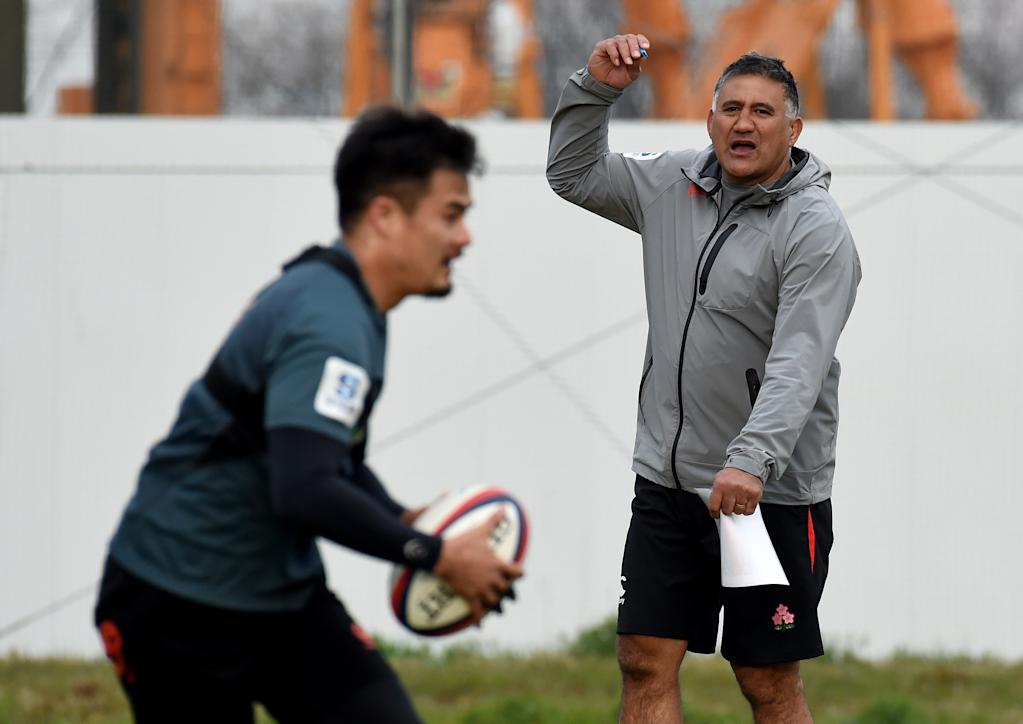 Japan coach Jamie Joseph (right) instructs players during a training session in Tokyo on March 13, 2017 (AFP Photo/TORU YAMANAKA)