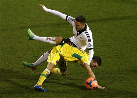 Fulham's Muamer Tankovic (L) challenges Sheffield United's Stefan Scougall during their English FA Cup soccer match at Craven Cottage in London February 4, 2014. REUTERS/Eddie Keogh