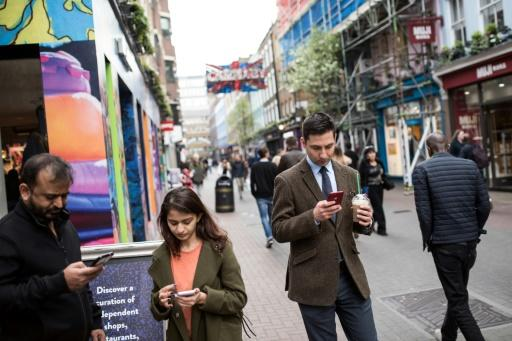 EU to end mobile roaming charges in June