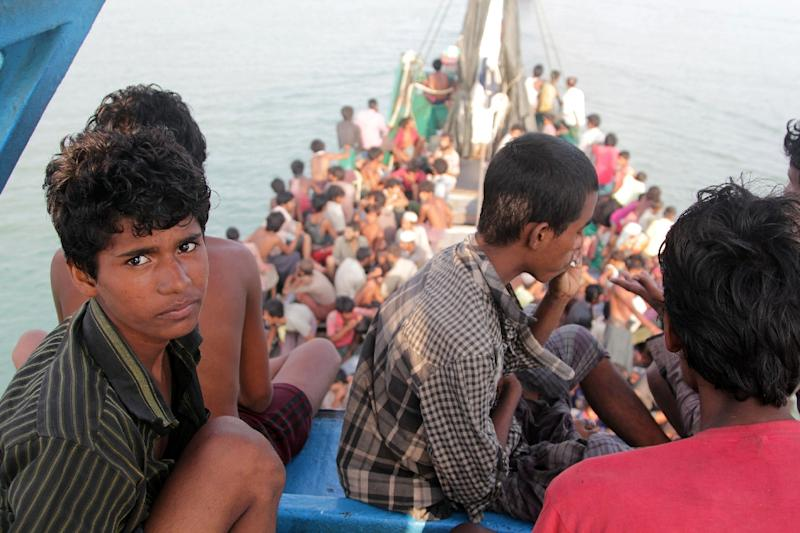 Rohingya migrants sit in a boat as they're towed closer to land by fishermen, off the coast near the city of Geulumpang, in Indonesia's East Aceh on May 20, 2015 (AFP Photo/Januar)