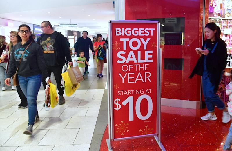 Cold weather and a Monday Christmas helped boost US sales during the 2017 holiday shopping season, pushing shares of brick-and-mortar retailers higher
