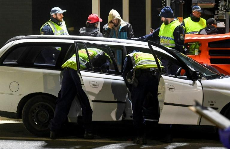 Police in the southern New South Wales border city of Albury check cars crossing the state border from Victoria (AFP Photo/William WEST)