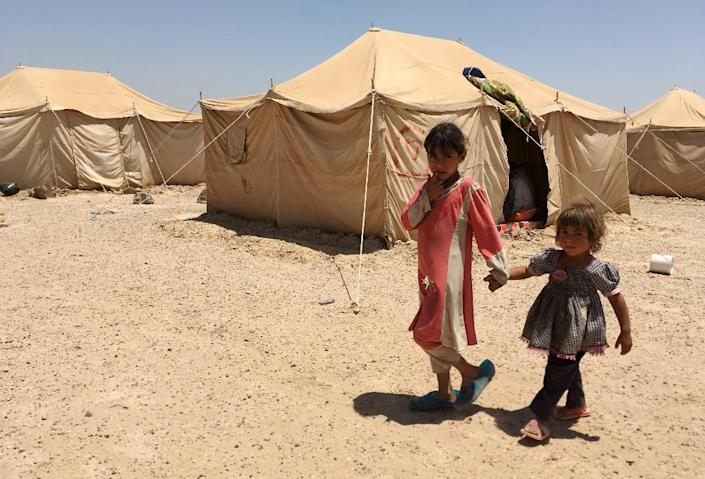 Displaced Iraqi children from Fallujah stand outside a tent at a newly-opened camp in the government-held town of Amriyat al-Fallujah on May 29, 2016 (AFP Photo/Ahmad Mousa)