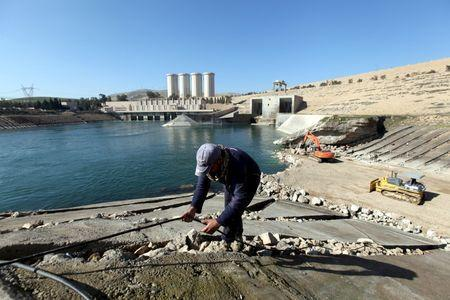 Employees work at strengthening the Mosul Dam in northern Iraq, February 3, 2016. REUTERS/Azad Lashkari