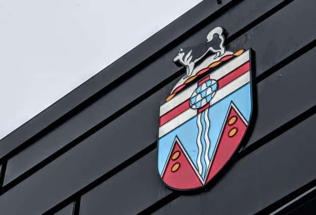 The Yukon coat of arms attached to the Yukon legislative building in Whitehorse pictured on Nov. 13, 2020. (Steve Silva/CBC - image credit)