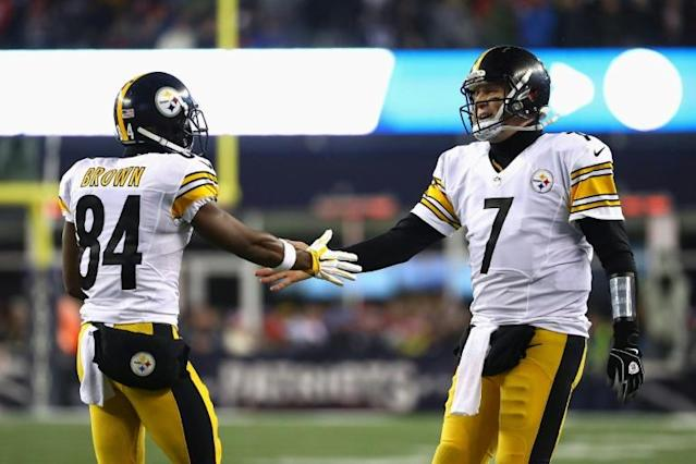 Pittsburgh Steelers quarterback Ben Roethlisberger, right, celebrates with former teammate Antonio Brown, who apologized Wednesday on Instagram for insults and actions during their final NFL campaign together in 2018 (AFP Photo/AL BELLO)