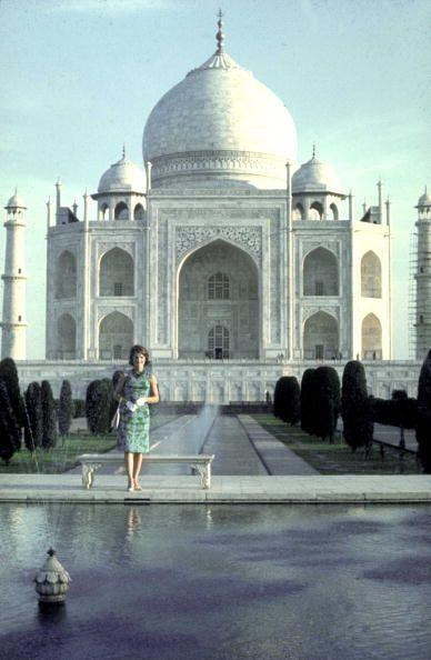 <p>First Lady Jacqueline Kennedy poses in front of the Taj Mahal.</p>