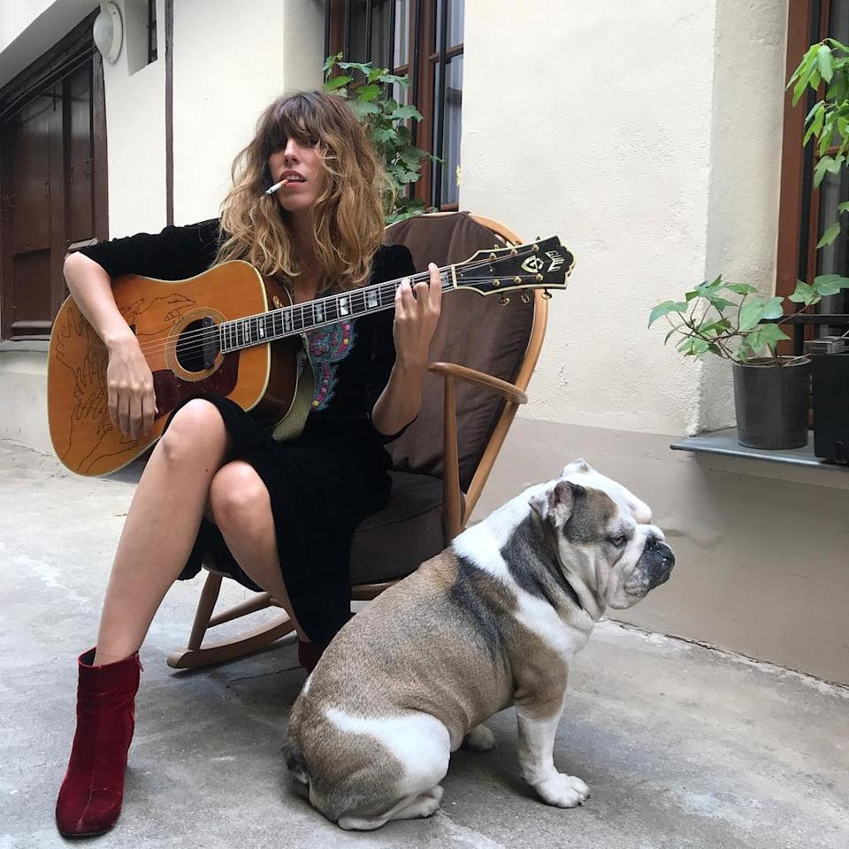 "<p><strong>Lou Doillon et son bulldog anglais Gus</strong></p><p><em>Crédit photo : Instagram @loudoillon</em></p><a rel=""nofollow"" href=""https://www.vogue.fr/mode/inspirations/diaporama/nos-photos-preferees-du-style-boheme-rock-de-lou-doillon-inspirations-mode/54053"">Lire la suite sur Vogue.fr</a>"