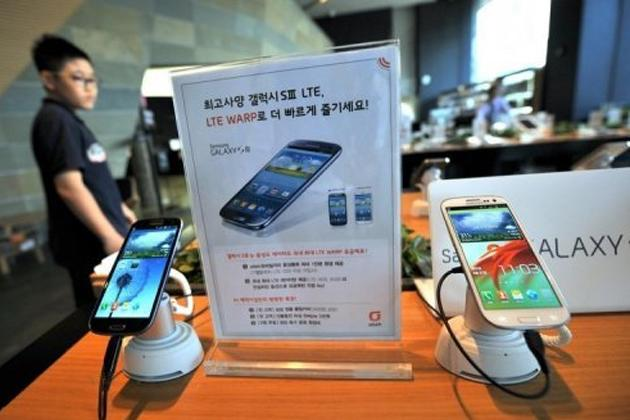 A man walks past Samsung smart phones at a mobile phone shop in Seoul on August 27, 2012. Samsung -- the world's top mobile and smartphone maker -- was ordered by a US jury in August to pay Apple $1.05 billion in damages for illegally copying iPhone and iPad features for its flagship Galaxy S smartphones.
