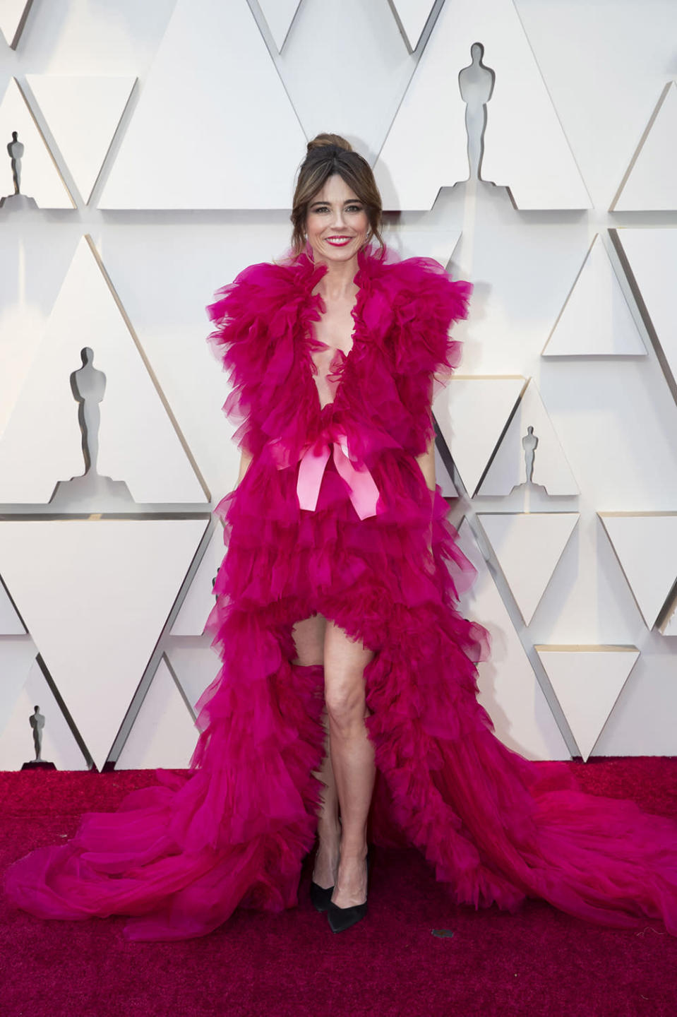 """<p>The """"Green Book"""" star vamped it up on the red carpet in a bright pink gown that was anything but subtle. But it wasn't a hit with everyone. Some compared Cardellini to Elmo or Big Bird's red-headed sister, and one even said the 43-year-old looked like she had raided someone's craft cupboard for the ensemble. <em>[Photo: Getty]</em> </p>"""