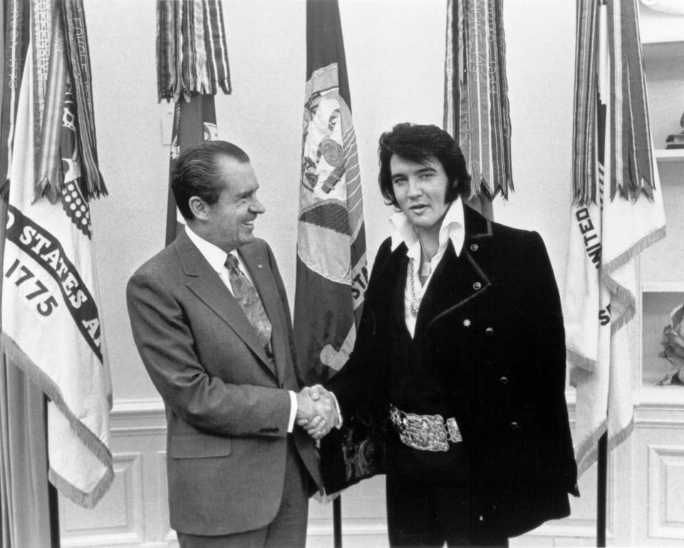 WASHINGTON, D.C. - DECEMBER 21:  Rock and roll musician Elvis Presley visits President Richard Nixon on December 21, 1970 at the White House in Washington, D.C. (Photo by Michael Ochs Archives/Getty Images)