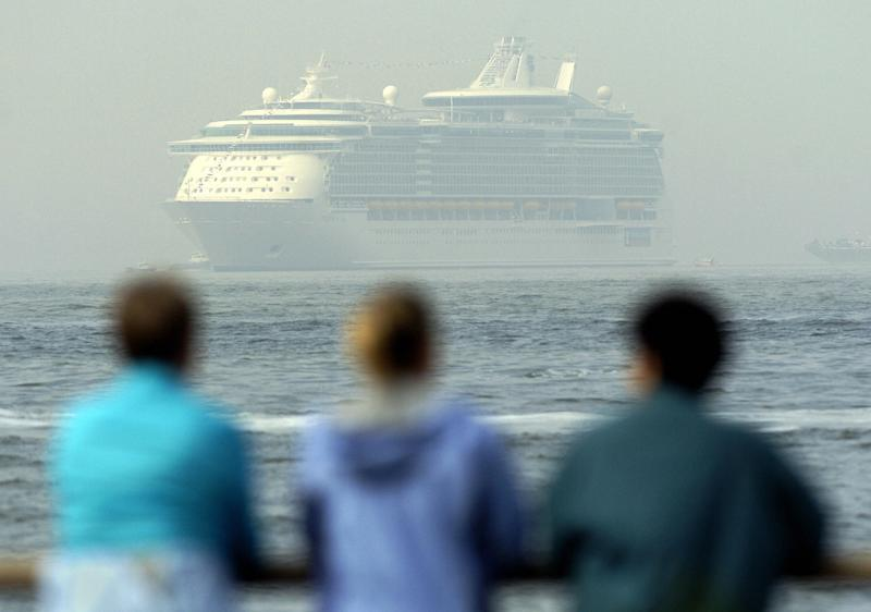 New York, UNITED STATES: People watch Freedom of the Seas, the world's largest cruise ship, owned by Royal Caribbean, 12 May, 2006, as it sits at anchor in New York harbor in this view from Battery Park in lower Manhattan. AFP PHOTO/Stan HONDA (Photo credit should read STAN HONDA/AFP/Getty Images)