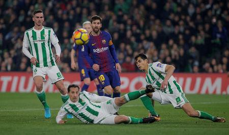 Soccer Football - La Liga Santander - Real Betis vs FC Barcelona - Estadio Benito Villamarin, Seville, Spain - January 21, 2018 Barcelona's Lionel Messi in action with Real Betis' Fabian and Andres Guardado REUTERS/Jon Nazca