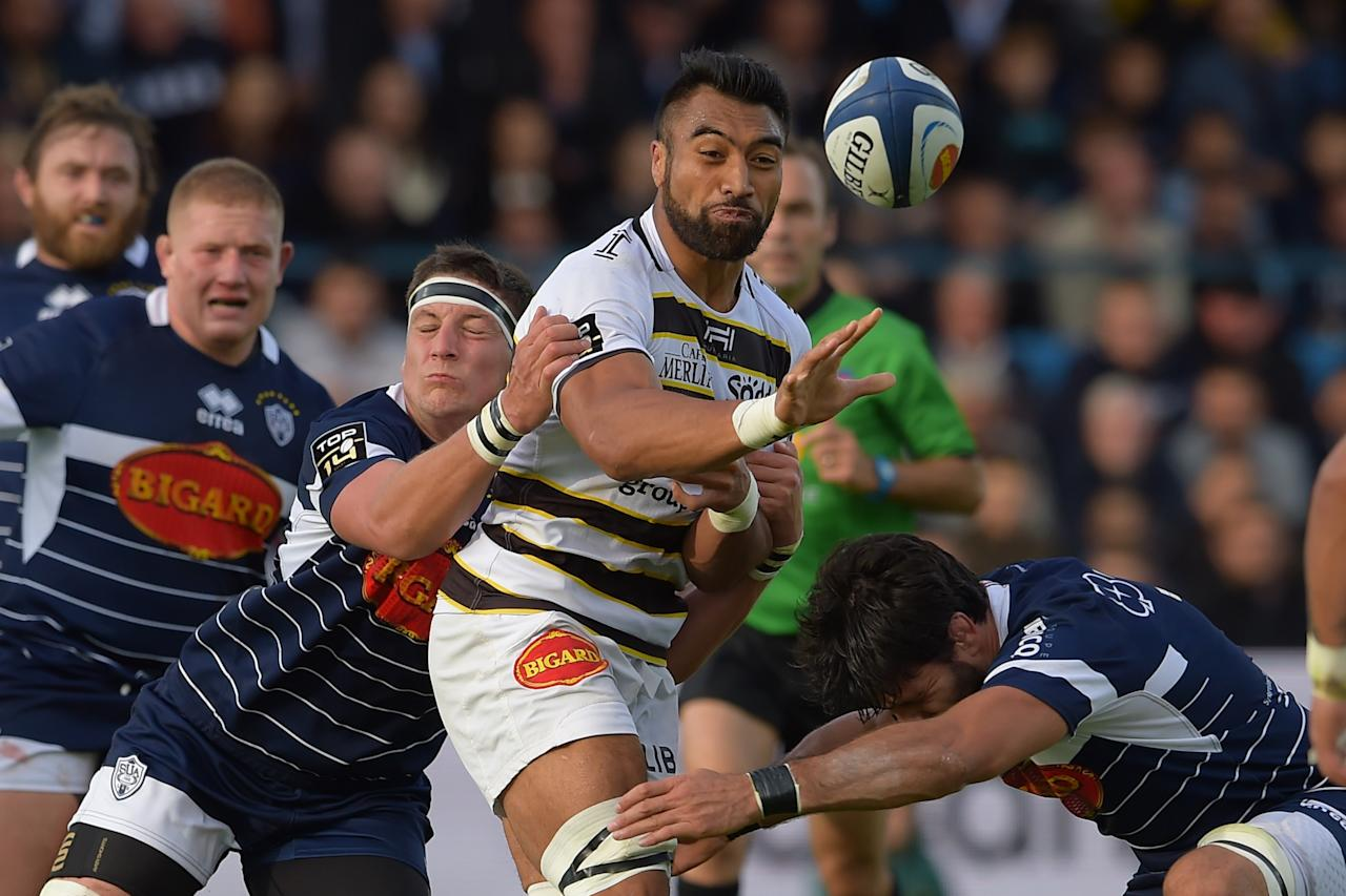 La Rochelle's New Zealand flanker Victor Vito (C) passes the ball during the French Top 14 rugby union match between Agen and La Rochelle on September 16, 2017 at the Armandie stadium in Agen, southwestern France. (AFP Photo/NICOLAS TUCAT)